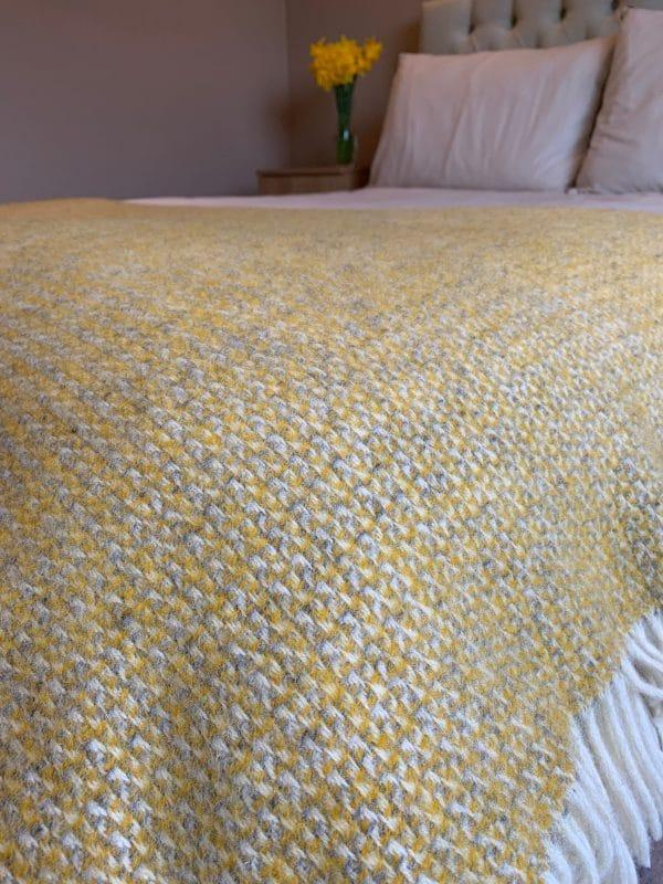 Illusion yellow grey